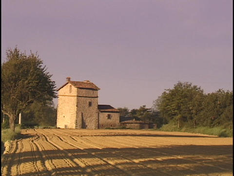 An Italian farmhouse sits next to fields Stock Video Footage