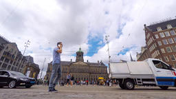 Time lapse - Dam square on a sunny day with locals and tourists at the square an Filmmaterial