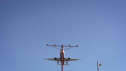 Jet Coming In For Landing Filmmaterial
