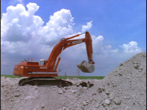 A steam shovel piles dirt at a construction site Stock Video Footage