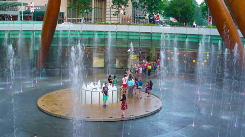 Tourists at center of fountain of wealth in Singapore Archivo