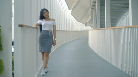 Young Asian Woman office worker in pedestrian overpass Live影片