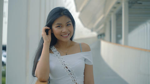 Smiling Thai Girl in biulding overpass Live影片