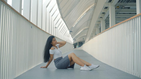 Happy Thai Girl sits on floor of overpass Live影片
