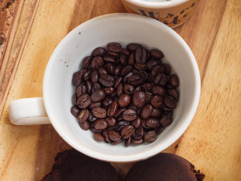 Close-up shot a group of roasted coffee bean in the white cup ag フォト