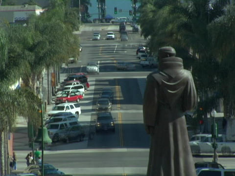Traffic moves quickly on the streets adjacent to a statue... Stock Video Footage