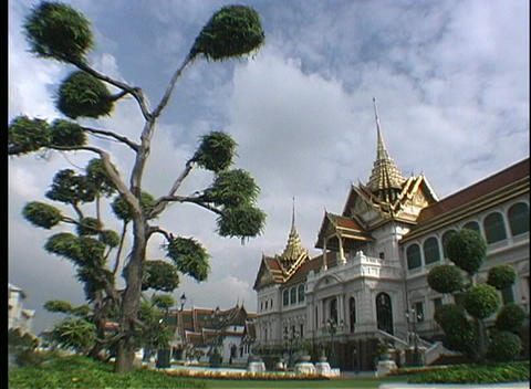The spires of the Grand Palace in Bangkok, Thailand shine... Stock Video Footage
