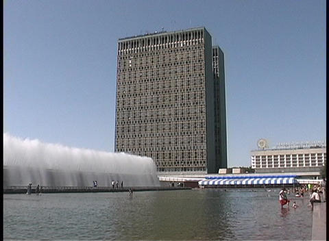 People wade in the fountains of downtown Tashkent,... Stock Video Footage
