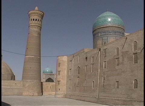 Birds fly around the ancient Kalyan Minaret and two... Stock Video Footage