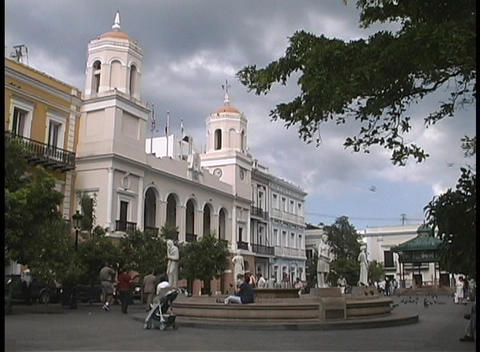 Storm clouds gather and wind blows in San Juan's Plaza de... Stock Video Footage