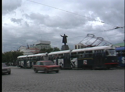 A pan of a busy Russian street with busses and vehicles... Stock Video Footage