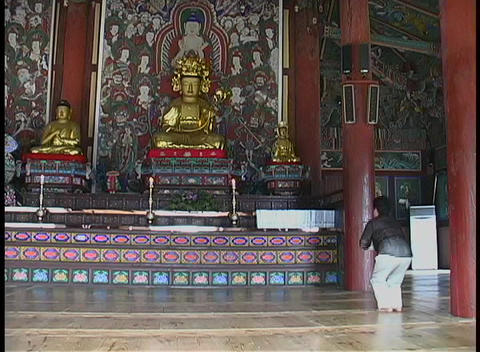A man bows and prays in a Buddhist temple in South Korea Stock Video Footage