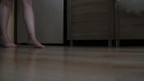 Beautiful bare feet of a girl walk on the floor in the room Live影片