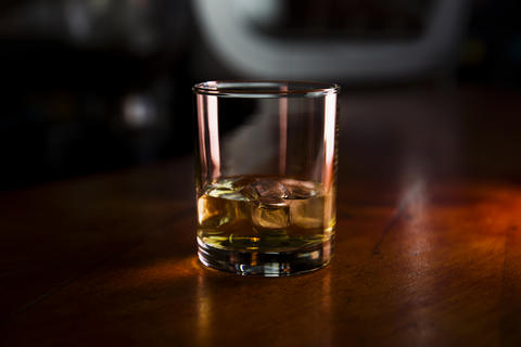 Whiskey With Ice Served in a Bar On a Rustic Wooden Surface Fotografía