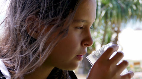 Girl drinking water 1 Live影片