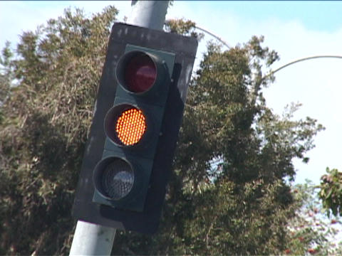 A traffic light turns from green to yellow to red Stock Video Footage
