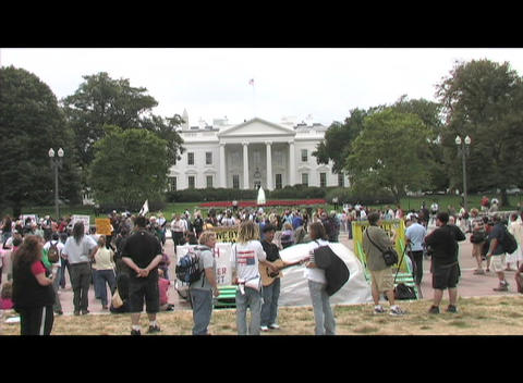 Long-shot protestors demonstrating on the White House... Stock Video Footage