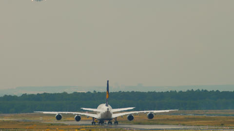 Towing Lufthansa Airbus 380 Live Action