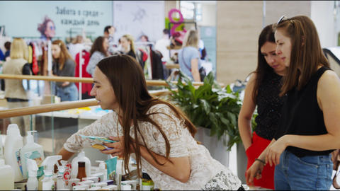 girl chooses organic cosmetic products at ecological fair Acción en vivo
