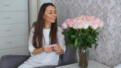 Woman receive roses with the message ライブ動画