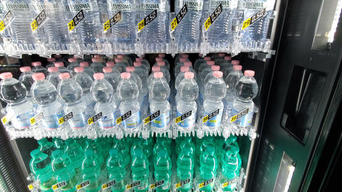 Buy water bottle at automatic vending drinks machine,tech distribution motion 4k Acción en vivo