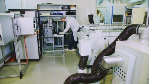 engineer works on computer at solar panel production shop Acción en vivo