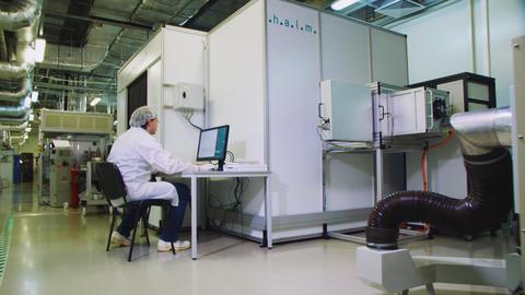 engineer works on computer near solar panel testing module Acción en vivo