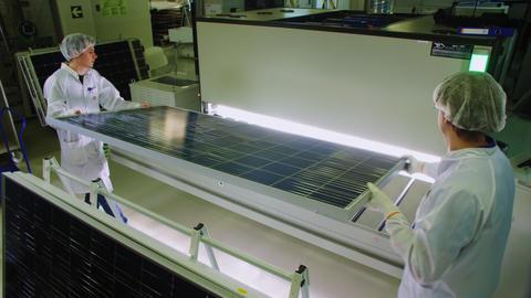 employees put solar panel into box with led lamps in shop Acción en vivo