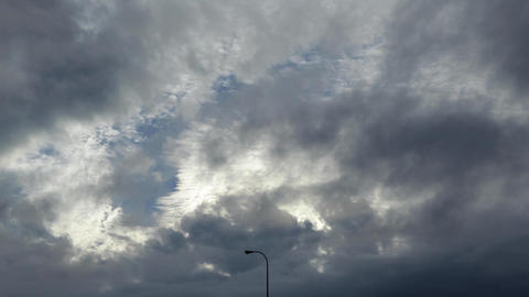 Time-lapse photography of two clouds and a street lamp in the middle, sky Live影片