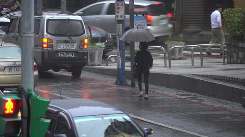 Passersby walking in the rain Live影片