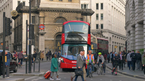 Busy street in downtown London with red buses Acción en vivo