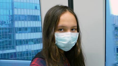 Girl mask subway looks at camera Live影片