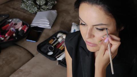 Makeup artist does makeup Acción en vivo
