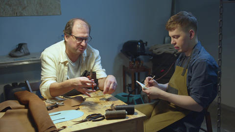 Jack of all trades and a young student. Shoemaker's work Acción en vivo