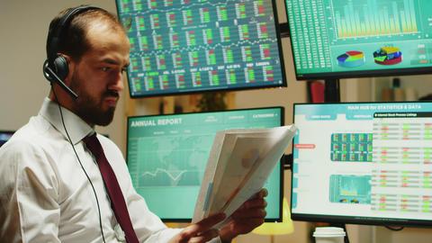 Angry stock market broker throwing graphs Acción en vivo
