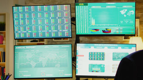 Zoom out of home office with monitors for stock market Acción en vivo