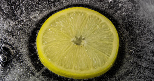 Ice melting, lemon inside HD ビデオ
