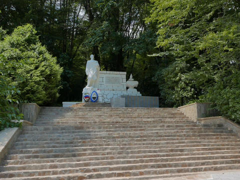 Monument to the heroes of the Great Patriotic War in somshitovoy yew the grove.  Live Action