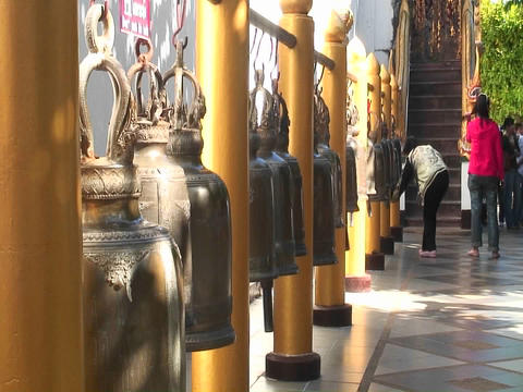 People look at gold urns for sale in a marketplace Stock Video Footage