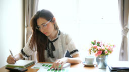 Portrait of beautiful young woman working in the office Archivo