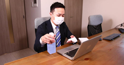 Office worker male infection prevention office disinfection alcohol ethanol disinfection gel mask PC Live Action