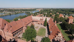 View at Malbork castle and Nogat river from above Acción en vivo