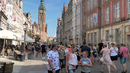 People in the old town of Gdansk, Poland. The town hall tower in the background Acción en vivo