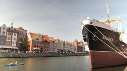 Old town in Gdansk and Soldek museum ship Acción en vivo