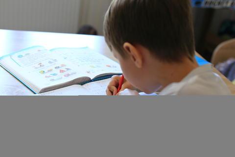 A child does homework on isolation. Homework Fotografía