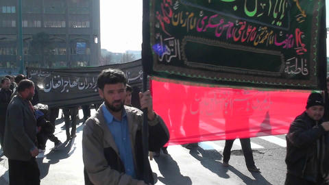 Protesters hold a sign at a busy intersection in Iran Stock Video Footage
