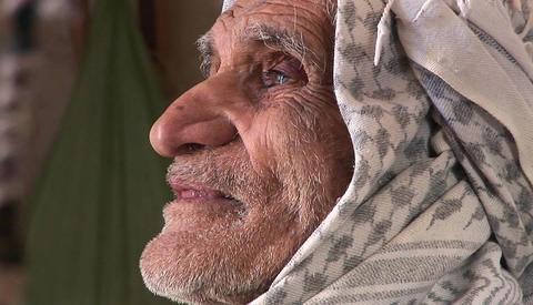 An elderly man wearing a keffiyah speaks in Iran Stock Video Footage
