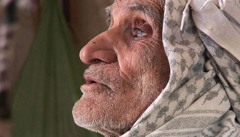 An elderly man wearing a keffiyah speaks in Iran Stock Video Footage