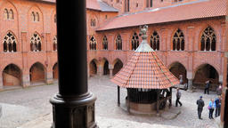 The courtyard of the high castle in Malbork Acción en vivo