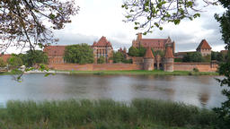 Teutonic Order castle in Malbork and Nogat river Acción en vivo